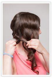 Führen Sie die gedrehte Partie mit dem offenen Haar der anderen Seite zusammen.