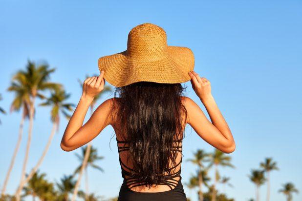 Mit Sonnenhut,speziellen Sun-Pflegeprodukten und sanftem Handling bleibt Ihr Haar sommerschön. shutterstock/kobeza