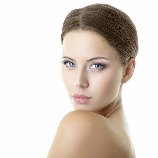 Lange, dichte Wimpern und schön geformte Augenbrauen sind der schönste Rahmen für die Augen. © shutterstock/vita khorzhevska