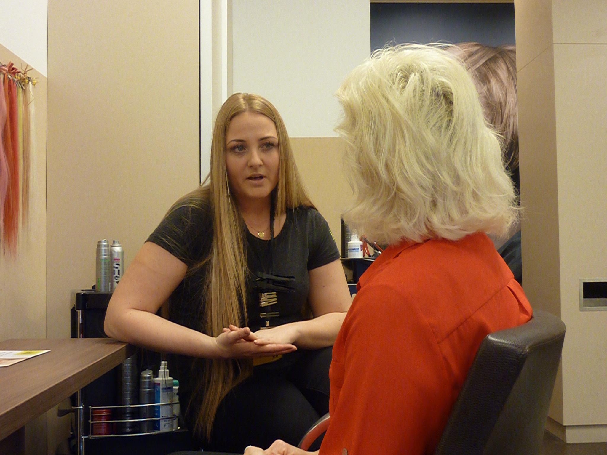 KLIPP Frisörin Melanie nimmt sich viel Zeit für eine Haaranalyse und eine fachkundige Beratung zu Olaplex.© Moritz Rief