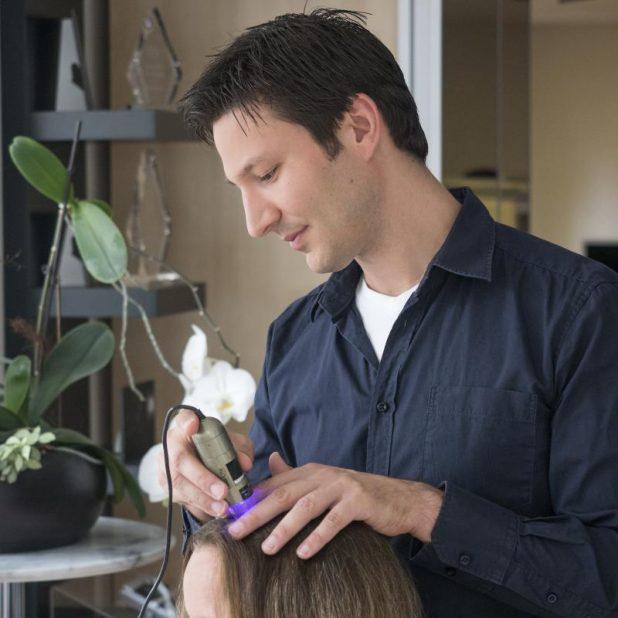 Yelasai-Gründer Gianni Coria begutachtet mit einer Kopfhautkamera den Haarzustand
