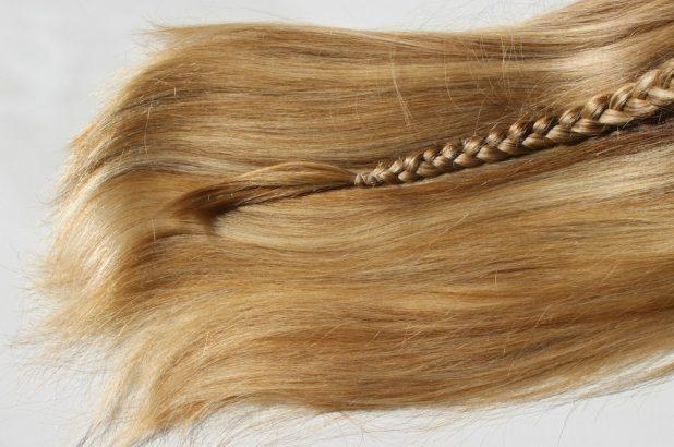 KLIPP-Olaplex-birdieblog.at. - offene blonde Haare mit geflochtenem Zopf