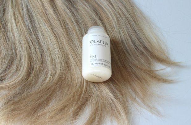 KLIPP-Olaplex-birdieblog.at. - offene blonde Haare mit Olaplex-Flasche