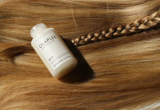 KLIPP-Olaplex-birdieblog.at - offene blonde Haare mit geflochtenem Zopf und Olaplex-Flasche